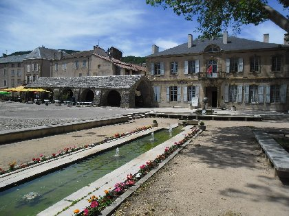 Place du Claux avec la Mairie et les Halles, OFFICE DE TOURISME LARZAC VALLEES