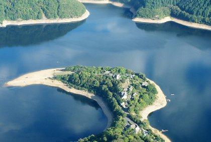 La Presqu'île de Laussac, le chalet se situe à l'entrée du site., Laurent Glandières