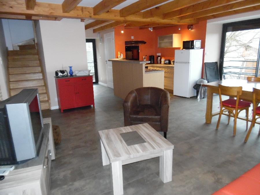 Pièce à vivre et cuisine entièrement équipées, salle de bain et wc indépendant au niveau de l'entrée