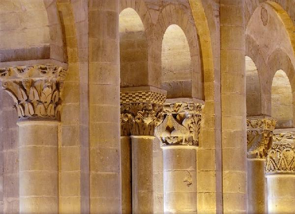 Conques - Visite guidée Les tribunes (chapiteaux romans et vitraux)